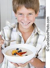 男の子, 食べること, 若い, オートミール, フルーツ, 微笑, 台所
