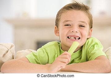 男の子, 食べること, 部屋, 暮らし, 若い, セロリ, 微笑