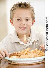 男の子, 食べること, fish, 若い, 屋内, 微笑, チップ