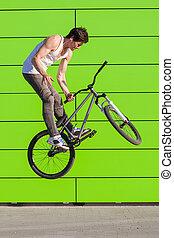 男の子, barspin, 壁, 作りなさい, トリック, 自転車, 緑の背景