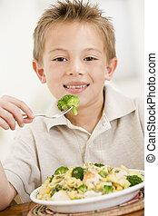 男の子, brocolli, 食べること, 若い, 屋内, パスタ, 微笑