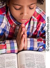 男の子, praying., mulatto