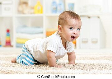 男の赤ん坊, 屋内, 這う