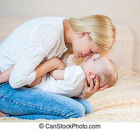 男の赤ん坊, 屋内, 遊び, 母