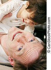 男の赤ん坊, 父, 遊び, 床