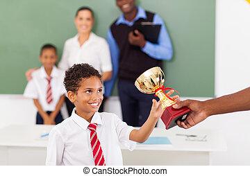 男子生徒, 受け取ること, a, トロフィー, 中に, 教室