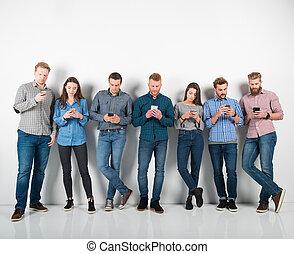 男孩的組, 以及, 女孩, 連線, 由于, 他們, smartphones., 概念, ......的, 網際網路, 以及, 社會, 网絡