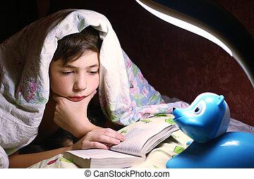 男孩讀, 書, 在下面, the, 毛毯, 在, 夜晚, 小時