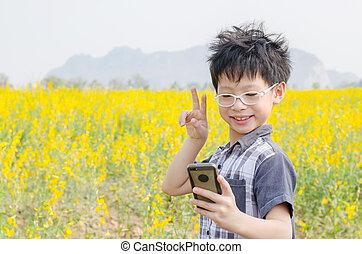 男孩, 做, selfie, 肖像, 相片, 所作, 電話, 在, 花, 領域
