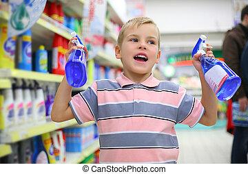 男孩, 在, 家庭, 化學制品, 貨物, 部門, 在, 商店