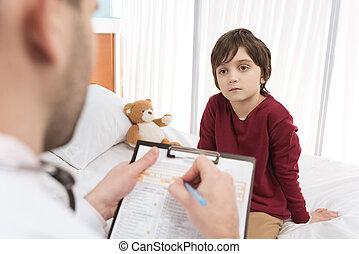 男孩, 很少, 坐, 醫院, 醫生, 床, 看, 剪貼板, 人