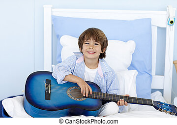 男孩, 很少, 床, 吉他演奏, 开心