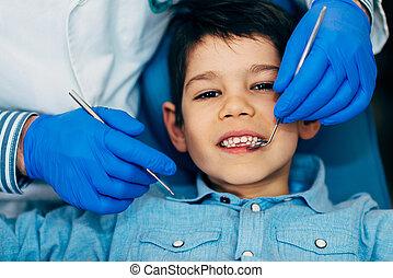 男孩, 很少, 有规律, 牙齿的检查