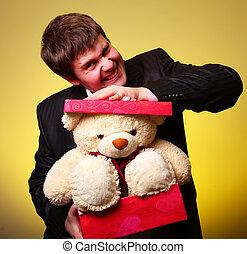 男孩, 由于, 禮物, 箱子, 以及, 玩具熊, can't, 選擇, a, 禮物, 在, 街, 情人節, 天