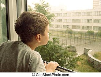 男孩, 觀看, the, 雨, 透過, the, 窗口