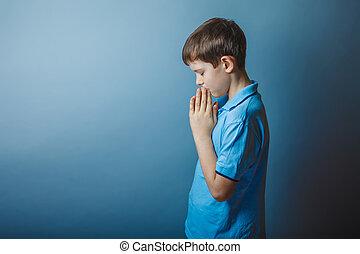 男孩, 青少年, 歐洲, 出現, 在, a, 藍色的襯衫, 布朗, 祈禱, c