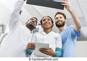 男性の、そして女性の, 医者, ∥で∥, デジタルタブレット, 検査, x 線