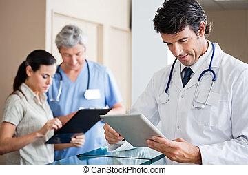 男性の医者, 保有物, デジタルタブレット