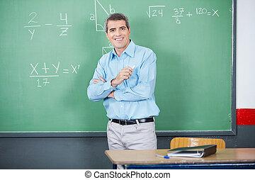 男性の教師, 地位, 交差する 腕, に対して, 板