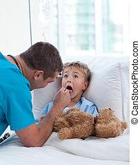 男性的醫生, 檢查, 孩子, 咽喉