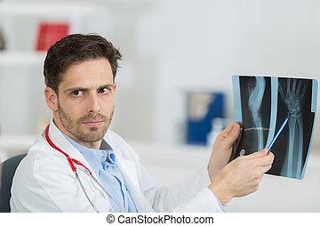 男性的醫生, 由于, 病人, 看x-射線, 在, 辦公室