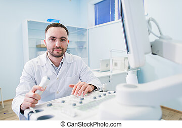 男性的醫生, 由于, 超音速, 設備, 在期間, 超聲波, 身體檢查