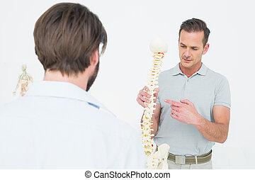 男性的醫生, 解釋, the, 脊椎, 到, a, 病人