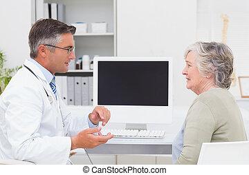 男性的醫生, 談話, 由于, 年長者, 病人, 用餐時
