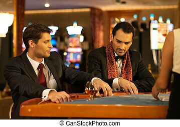 男性, カジノ, 若い, スーツ, の後ろ, 2, テーブル, ギャンブル