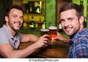 男性, バー, モデル, beer., カウンター, 2, 一緒に, 若い, 朗らかである, ビール, 間, 飲むこと, こんがり焼ける, 友人, 微笑
