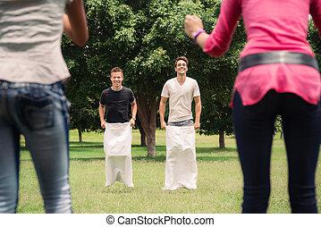 男性, 袋, 元気づけること, レース, ガールフレンド, 遊び