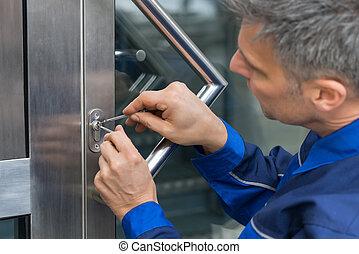 男性, lockpicker, 固定, 門把手, 在家