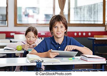 男生徒, 使うこと, デジタルタブレット, 中に, 教室