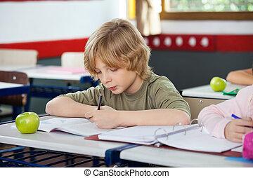 男生徒, 執筆, 上に, 本, 中に, 教室