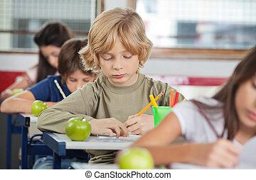 男生徒, 執筆, 間, 机 の 着席