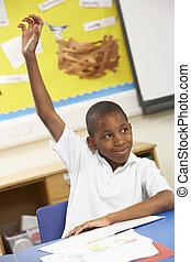 男生徒, 手の 上昇, 中に, 教室