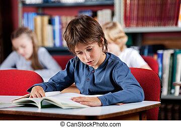 男生徒, 読む本, テーブル, 中に, 図書館