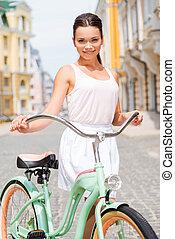 町, 探検, 女, 自転車, 彼女, 若い, bike., 地位, 通り, 魅力的, 微笑