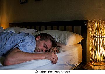 疲れた, ラップトップ, 卵を生む, 若い, ベッド, time., 長い間, 肖像画, 使うこと, コーカサス人, 人