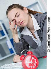 疲倦, 女性, 圖表設計師, 在書桌, 在, 創造性, 辦公室