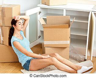 疲倦, hispanic, 年輕婦女, 在地板上坐, 以後, 打開 箱子, 在, 她, 新的房子