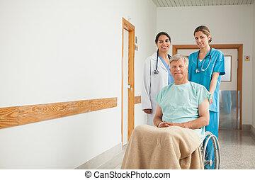 病人, 在, a, 輪椅, 在旁邊, 護士