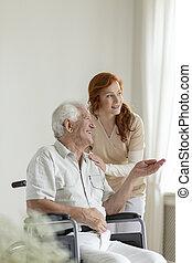 病人, 在, a, 輪椅, 微笑, 當時, 的談話, a, 護士, 在, an, 老 年齡, 家