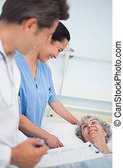 病人, 笑, 由于, a, 護士, 以及, a, 醫生