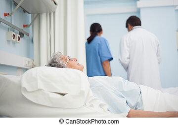 病人, 躺, 上, a, 床, 在旁邊, a, 醫生, 以及, a, 護士