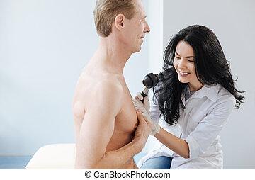病院, 仕事, 若い, 魅了, 皮膚科医, dermatoscope, 使うこと