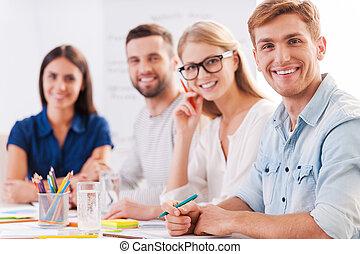 痛みなさい, 確信した, 人々, 仕事, ビジネス臨時雇い, 成功した, 一緒に, team., 微笑, グループ, ウエア