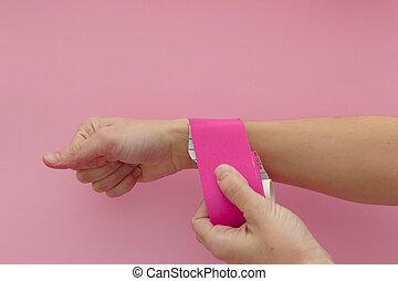 痛み, 隔離された, ピンクテープ, kinesio, 選択肢, appling, 物理療法, バックグラウンド。, 手, tape., 伸縮性がある, 接着剤, 痛み, tension., medicine., 手首, 治療上