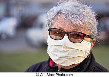 発生, 家, 自動車, ぼんやりさせられた, coronavirus, 女性の表面, ありなさい, 缶, 防止, 口, シニア, 年配, 作られた, の間, 布, ウイルス, 外, マスク, バックグラウンド。, 建物, 鼻, covid-19, 身に着けていること, 使われた