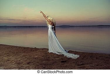 白膚金發碧眼的人, 婦女走, 在海灘上